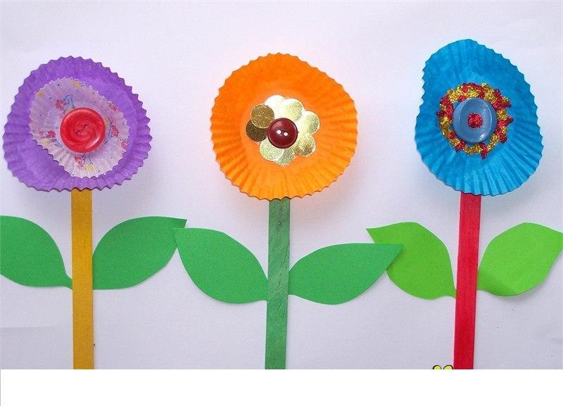 Цветочки из бумаги и пуговиц