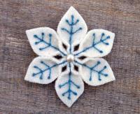 Снежинка с бусинкой из ватных дисков